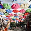 paraplyer över en gågata